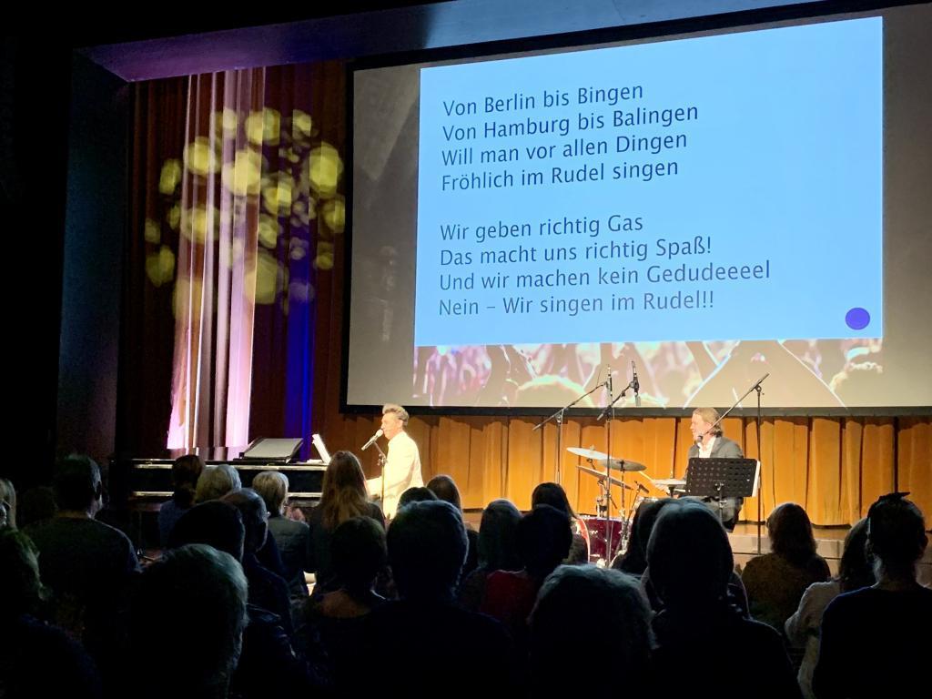 Bühne und Publikum beim Auftritt am 10.12.19